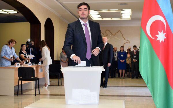 Гейдар Алиев голосует в шестом избирательном участке Сабаильского избирательного округа номер 29 - Sputnik Азербайджан