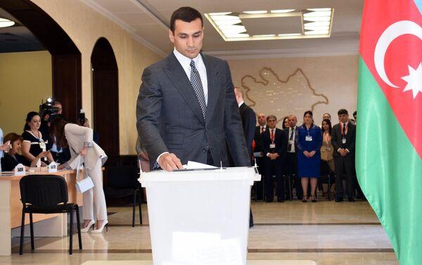 Самед Курбанов в ходе голосования на президентских выборах в Баку - Sputnik Азербайджан