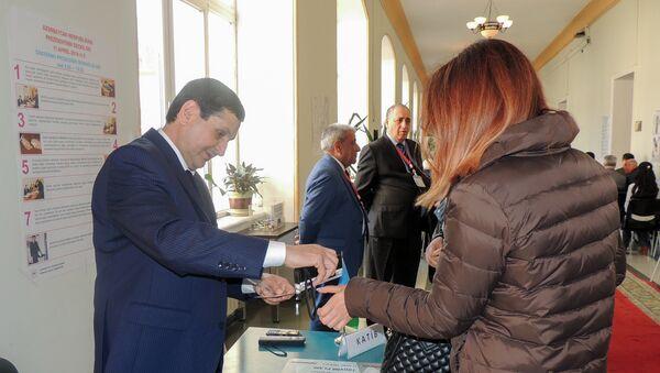 Процесс голосования на избирательном участке номер два, расположенном в здании Академии государственного управления при президенте Азербайджанской Республики - Sputnik Азербайджан