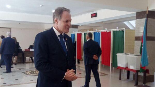 Российский сенатор, член делегации РФ от Шанхайской организации сотрудничества Александр Башкин на одном из избирательных участков Баку - Sputnik Азербайджан