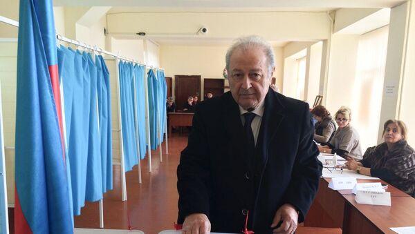 Azərbaycanın keçmiş prezidenti Ayaz Mütəllibov Prezident seçkilərində səs verib - Sputnik Azərbaycan