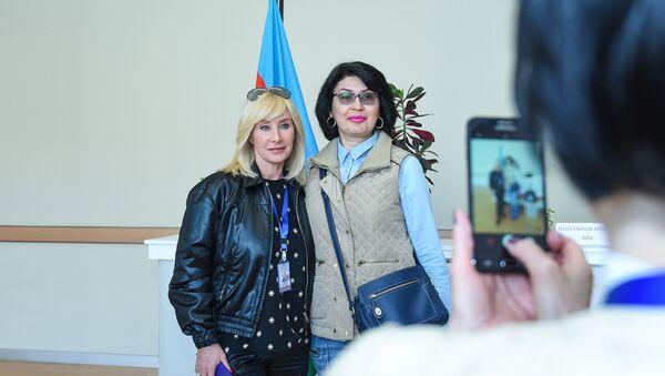 Заместитель председателя Комитета Госдумы по вопросам женщин, семьи и детей Оксана Пушкина на одном из избирательных участков Баку - Sputnik Азербайджан
