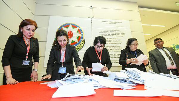 Подсчет бюллетеней на участке номер 13 насиминского-сабаильского избирательного округа 23 - Sputnik Азербайджан
