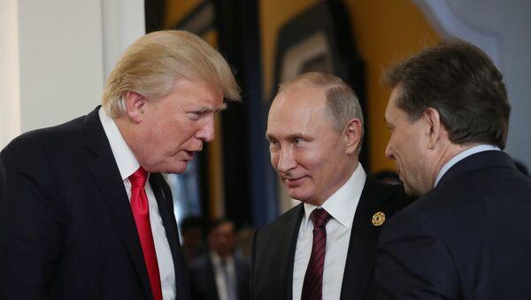 Президент РФ Владимир Путин и президент США Дональд Трамп (слева) в перерыве рабочего заседания лидеров экономик форума Азиатско-Тихоокеанского экономического сотрудничества (АТЭС) - Sputnik Азербайджан
