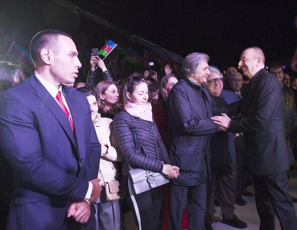 Праздничный концерт по случаю победы на президентских выборах Ильхама Алиева перед Центром Гейдара Алиева в Баку. - Sputnik Азербайджан