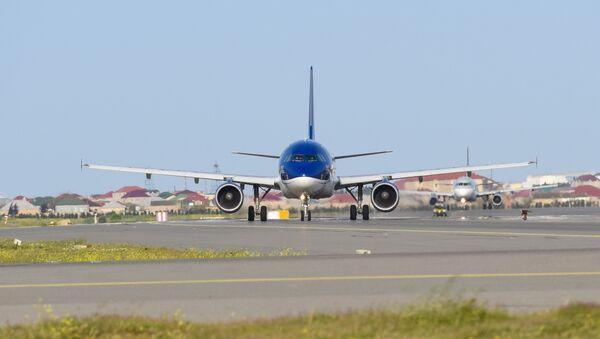 Самолет AZAL на взлетной полосе Международного аэропорта Гейдара Алиева в Баку - Sputnik Азербайджан