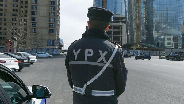 Сотрудник дорожно-патрульной службы в Баку - Sputnik Азербайджан