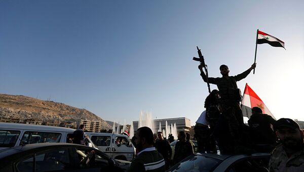 Сирийцы протестуют против воздушных ударов США на улице в Дамаске - Sputnik Азербайджан