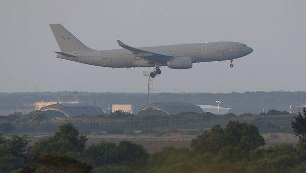 Самолет ВВС Великобритании готовится к посадке на британской военной базе на Кипре - Sputnik Азербайджан
