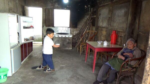 Китаянка с ампутированными руками и ногами заботится о столетней матери - Sputnik Азербайджан
