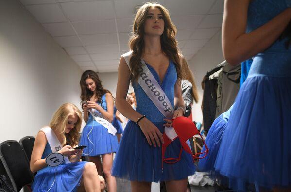 Финалистки конкурса Мисс Россия-2018 в гримерной перед началом конкурса в концертном зале Барвиха - Sputnik Азербайджан
