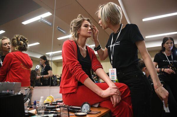Одна из финалисток конкурса Мисс Россия-2018 в гримерной перед началом конкурса в концертном зале Барвиха - Sputnik Азербайджан