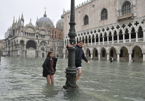 Дети на затопленной площади святого Марка в Венеции - Sputnik Азербайджан