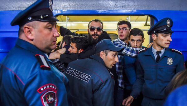Ситуация на станции метро Еритасардакан в Ереване, 16 апреля 2018 года - Sputnik Азербайджан