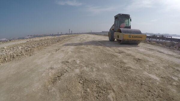 Строительство новой дороги, соединяющей проспект Зии Буньядова с автодорогой Хырдалан-Бинагади-Балаханы - Sputnik Азербайджан