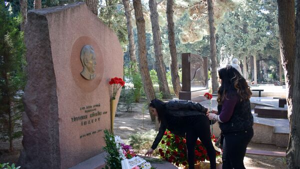 Девушки возлагают цветы на могилу Лютфияра Иманова на Аллее почетного захоронения - Sputnik Азербайджан