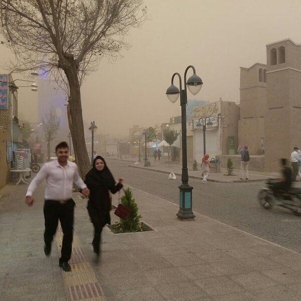 Жители во время песчаной бури в Йезде, Иран - Sputnik Азербайджан