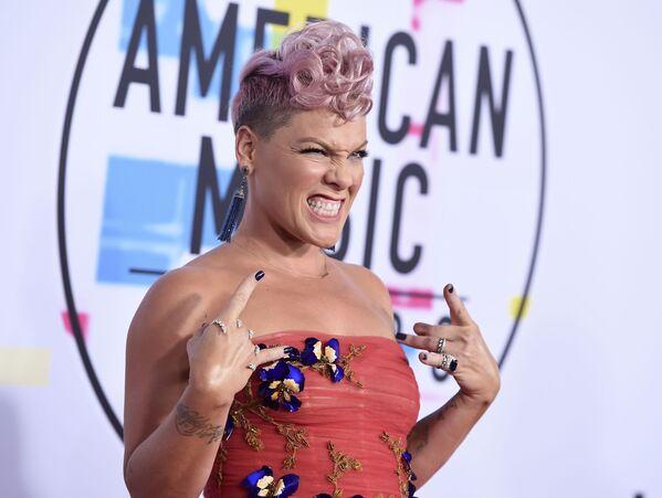 Певица Пинк на церемонии вручения American Music Awards 2017 в Лос-Анджелесе - Sputnik Азербайджан