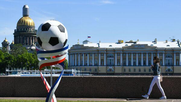 Скульптура в виде футбольного мяча на Университетской набережной в Санкт-Петербурге - Sputnik Азербайджан
