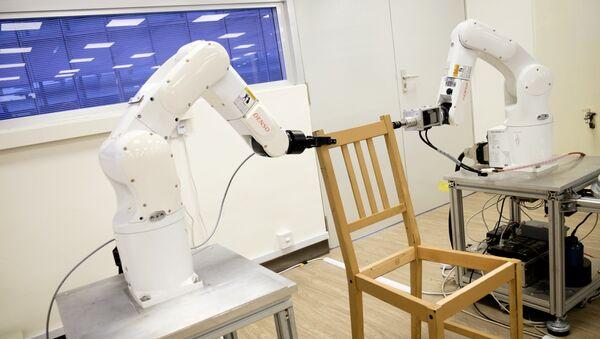Роботы собирают стул в Наньянском технологическом университете в Сингапуре, 17 апреля 2018 года - Sputnik Азербайджан