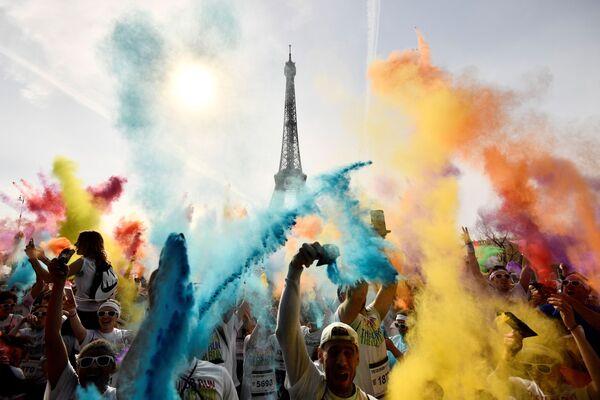 Участники забега Color Run 2018 отмечают его финиширование напротив Эйфелевой башни в Париже - Sputnik Азербайджан