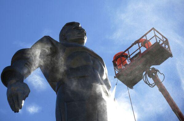Мойка памятника космонавту Юрию Гагарину в Москве - Sputnik Азербайджан