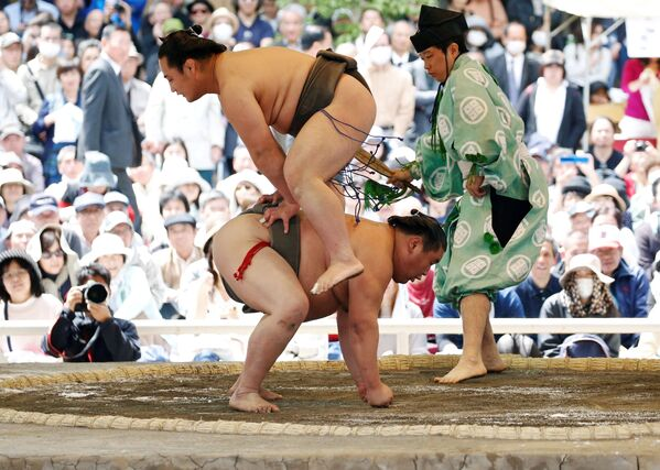 Сумоисты во время показательного боя на турнире по сумо в синтоистском святилище Ясукуни в Токио - Sputnik Азербайджан