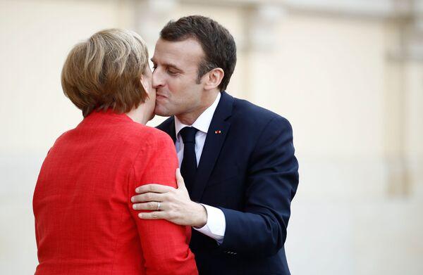 Канцлер Германии Ангела Меркель и президент Франции Эммануэль Макрон во время встречи в Берлине - Sputnik Азербайджан
