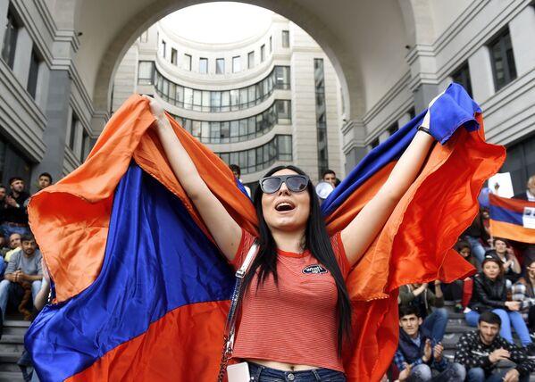Участница акции протеста сторонников оппозиции в Ереване - Sputnik Азербайджан