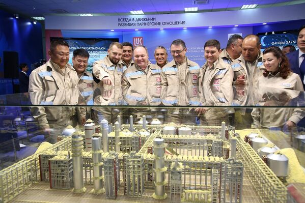Команда строителей на фоне макета Кандымского ГПК - Sputnik Азербайджан