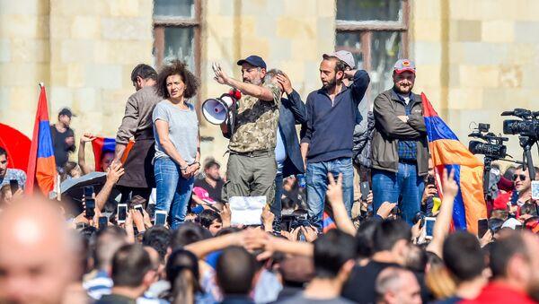 Никол Пашинян, Арарат Мирзоян на Площади Республики (23 апреля 2018). Ереван - Sputnik Азербайджан