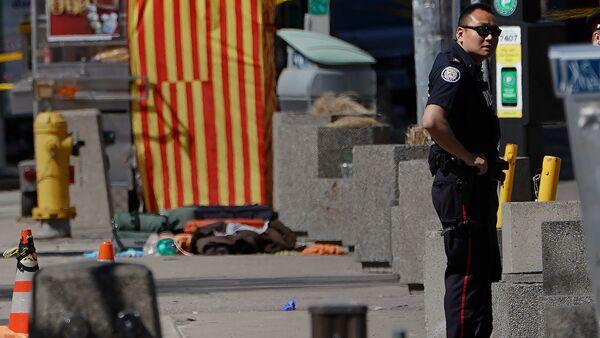 На месте инцидента с наездом фургона на пешеходов в Торонто - Sputnik Азербайджан