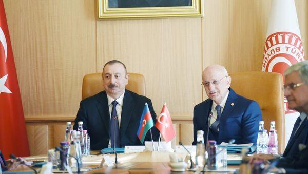 Президент Азербайджана Ильхам Алиев встретился с председателем Великого национального собрания Турции Исмаилом Гахраманом - Sputnik Азербайджан