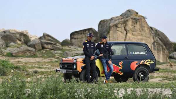 Пилоты команды Aston Martin Red Bull Racing Дэниэль Риккардо и Макс Ферштаппен - Sputnik Азербайджан