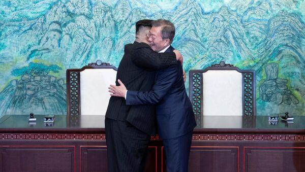 Встреча глав Северной и Южной Кореи Ким Чен Ына и Мун Чжэ Ина (27 апреля 2018). Демилитаризованная зона, Корея - Sputnik Азербайджан