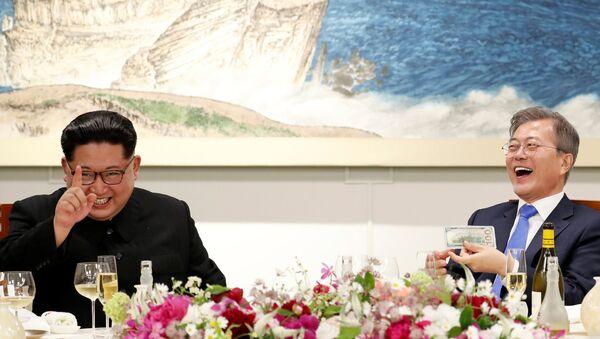 Президент Республики Корея Мун Чжэ Ин и лидер КНДР Ким Чен Ын в ходе встречи, 27 апреля 2018 года - Sputnik Азербайджан