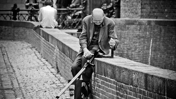 Пожилой мужчина с бутылкой алкоголя, фото из архива - Sputnik Азербайджан
