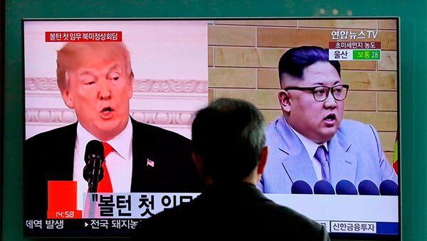 Портреты Дональда Трампа и Ким Чен Ына на экране телевизора в Сеуле, Южная Корея - Sputnik Азербайджан