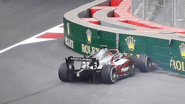 В последний день автогонки FIA Formula 2 в Баку произошла авария - Sputnik Азербайджан