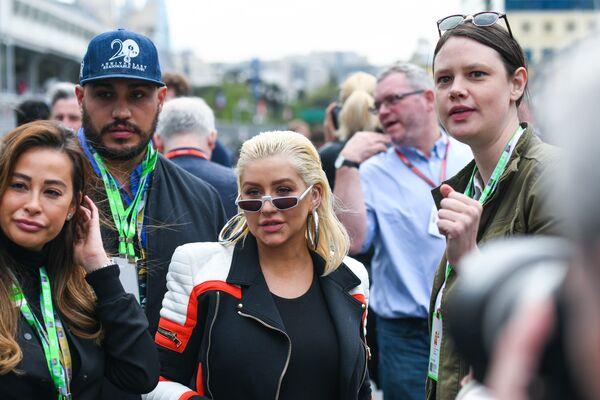 Кристина Агилера прогулялась по пит-лейну вдоль боксов команд Формулы-1 - Sputnik Азербайджан