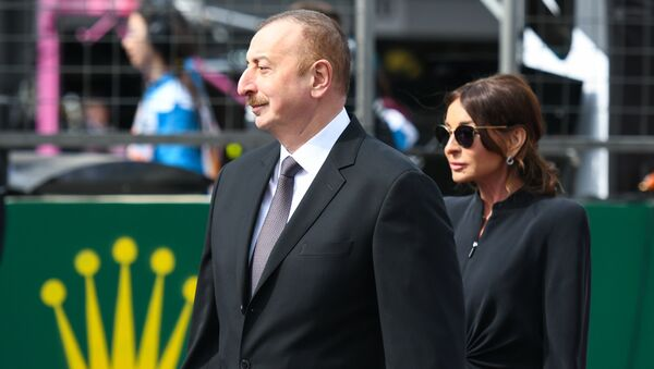 Президент Азербайджана Ильхам Алиев и его супруга Мехрибан Алиева наблюдают за основной гонкой Формулы-1 - Sputnik Азербайджан