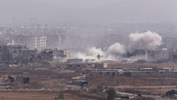 Дым поднимается из палестинского лагеря Ярмук в Дамаске, Сирия - Sputnik Azərbaycan