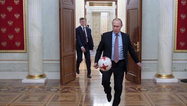 Президент РФ Владимир Путин с мячом после встречи в Кремле с президентом ФИФА Джанни Инфантино - Sputnik Азербайджан