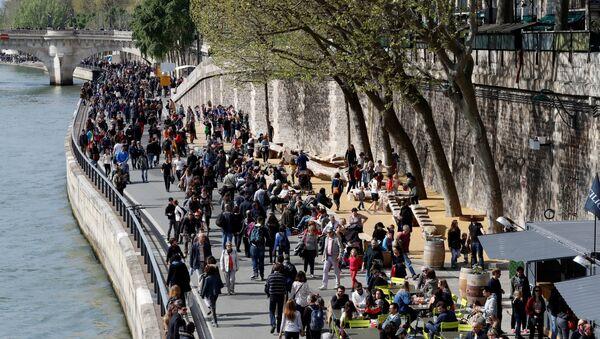 Парижане прогуливаются на берегу реки Сены, фото из архива - Sputnik Азербайджан
