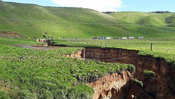 Разлом на территории Северного острова близ города Роторуа в Новой Зеландии - Sputnik Азербайджан