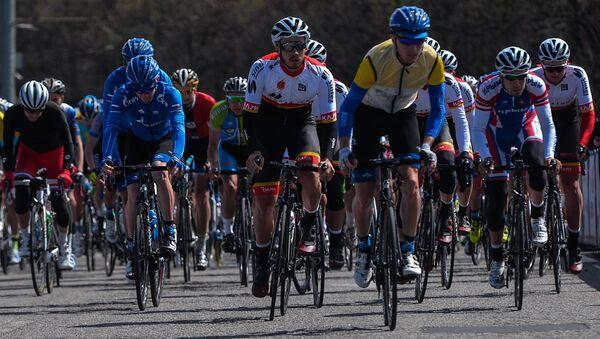 Участники этапа Воробьевское кольцо международной велогонки Пять колец Москвы в Москве - Sputnik Азербайджан