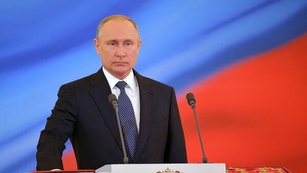 Избранный президент РФ Владимир Путин во время церемонии инаугурации в Кремле - Sputnik Azərbaycan