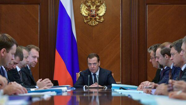 Премьер-министр РФ Д. Медведев провел заседание правительственной комиссии по контролю за осуществлением иностранных инвестиций. - Sputnik Azərbaycan