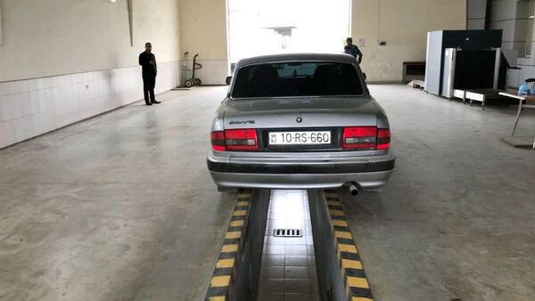 Легковой автомобиль, в котором были обнаружены пакеты с наркотическими средствами - Sputnik Азербайджан