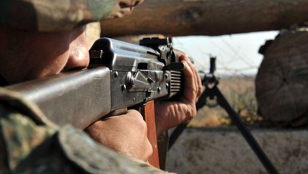 Армянский военнослужащий на боевой позиции - Sputnik Азербайджан